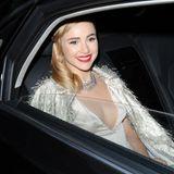 """Suki Waterhouse verlässt die ihr Hotel und ist auf dem Weg zur """"Chopard Party"""" in einer dunklen Limousine."""