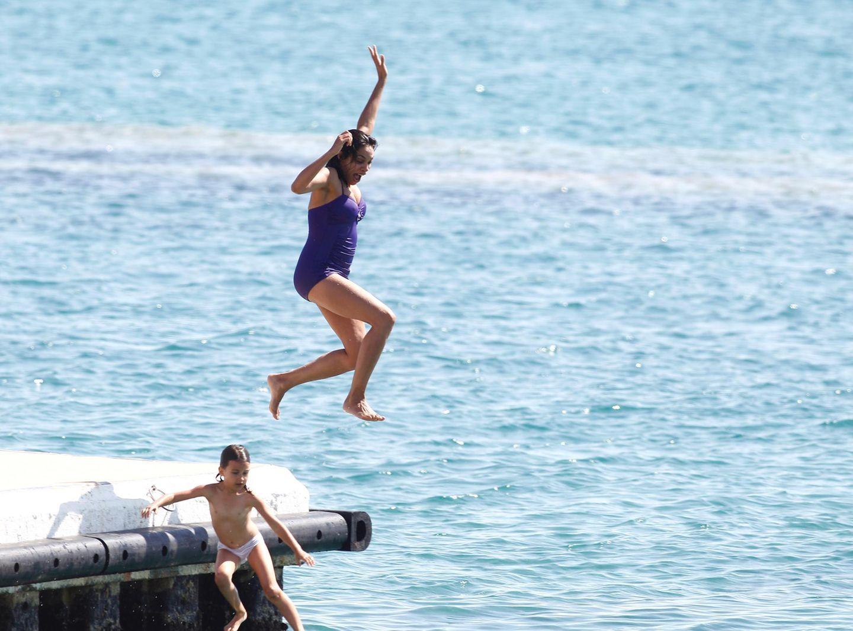 Am Rande der Filmfestspiele nutzt Rosario Dawson die Chance und kühlt sich im Meer ab.