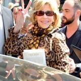 Jane Fonda grüßt in die Kamera.