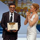 """Nuri Bilge Ceylan bekommt bei der Abschlusszeremonie der 67. Internationalen Filmfestspiele in Cannes die Goldene Palme für seinen Film """"Winter Sleep"""". Dafür wird er von Quentin Tarantino und Uma Thurman gefeiert."""