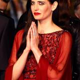 Eva Green in meditativer Pose