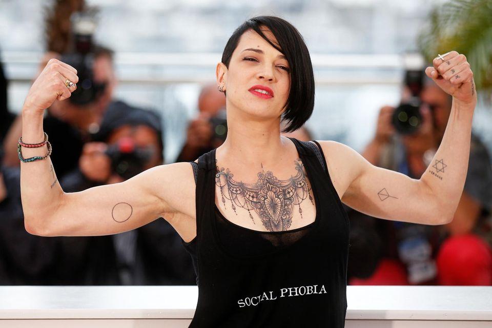 Asia Argento zeigt viel Haus und Muskeln.