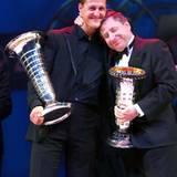 Dezember 2004  Wer an Michael Schumacher denkt, der denkt auch an Ferrari. 1996 holt Jean Todt den Rennfahrer in die Scuderia, 5 seiner 7 Weltmeistertitel gewinnt Schumacher im roten Rennwagen. Zwei Jahre bevor er sein Karriereende verkündet wird er zum letzten Mal Weltmeister und Jean Todt kann den Preis für die Konstrukteursweltmeisterschaft in Empfang nehmen.