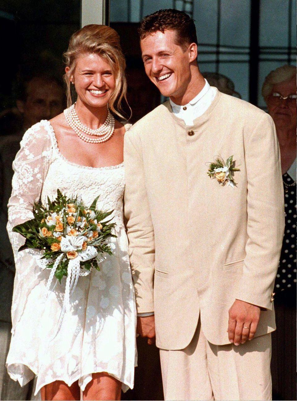 August 1995  Nach vier Jahren Beziehung heiratet Michael Schumacher 1995 Corinna Betsch in Kerpen. Gemeinsam mit den zwei Kindern Gina-Maria und Mick lebt das Paar in der Schweiz.