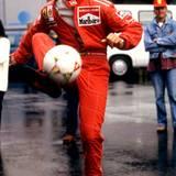 Mai 1996  Nicht nur das Autorennen und Skifahren haben es dem Kerpener angetan, in seiner Freizeit kickt er gerne und nimmt auch häufig an Benefiz-Fußballspielen teil.