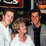 Juli 1997  Trotz des Krebstods von Mutter Elisabeth starten Michael und Ralf Schumacher 2003 beim großen Preis von San Marino. Michael Schumacher gewinnt den Grand Prix und weint auf dem Podium Tränen der Trauer um seine Mutter.