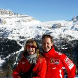 Januar 2005  Neben dem Fahren von schnellen Rennboliden gehört auch Skifahren zu Michael Shcumachers großen Leidenschaften. Gemeinsam mit Ehefrau Corinna trifft man ihn häufig in den schneebedeckten Alpen.