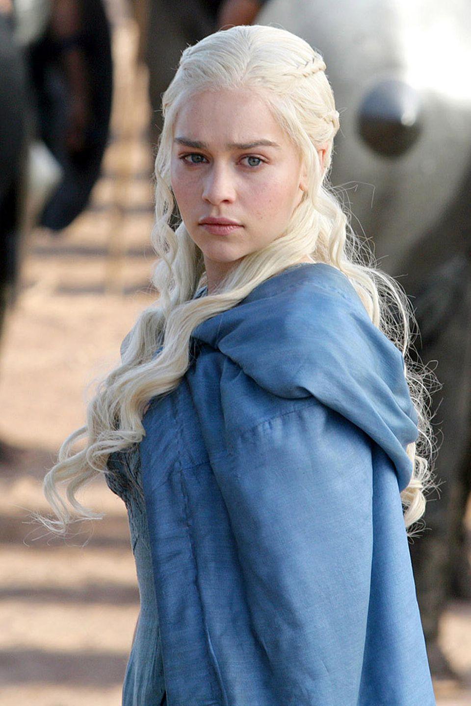 """In ihrer Rolle als """"Daenerys Targaryen"""" hat Emilia Carke eine kalte, kriegerische Ausstrahlung. Mit weißblonden Locken und hellem Teint gibt sie in Game of Thrones die Mutter der Drachen. Privat sah sie ihrem Seriencharakter bisher allerdings nicht wirklich ähnlich..."""