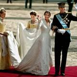 Das cremefarbene Hochzeitskleid mit Stickereien und Schleppe ließ Kronprinzessin Letizia vom spanischen Designer Manuel Pertegaz anfertigen. Hier winkt sie bei der Hochzeitsfeier im Mai 2004 mit ihrem Ehemann Felipe.
