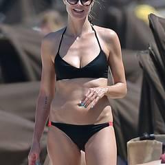 """Für Supermodel Heidi Klum gehört ein schlanker Körper zum Beruf – darum trainiert die Heidi regelmäßig mit ihrem Privattrainer David Kirsch, um in Form zu bleiben. In Sachen Ernährung beschwört die Klum die sättigende Wirkung von Protein-Shakes. """"Einen solchen Drink zum Frühstück und man ist bis zum Nachmittag satt"""", so Heidi. Ihre Ernährungsberaterin Cynthia Pasquella setzt zudem auf unbehandelte Speisen: """"Es ist wichtig, behandeltes Essen zu vermeiden. Alles was in einer anderen Form ist, als es von Mutter Erde geschaffen wurde, beinhaltet viel Fett, zusätzliche Kalorien, Zucker, Öle und chemische Zusatz- und Konservierungsstoffe."""""""