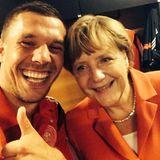 Angela Merkel hat als Zuschauerin den Sieg der deutschen Mannschaft bejubelt. Im Gegensatz zu allen anderen Fans darf sie danach in die Kabine und ein Foto mit Poldi schießen.
