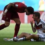 Nachdem er Thomas Müller bereits mit der Hand ins Gesicht getroffen hat, verpasst Portugals Pepe dem deutschen Nationalspieler auch noch einen Kopfstoß.