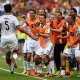 Mats Hummels freut sich mit der gesamten Ersatzbank, unter anderem Miroslav Klose und Lukas Podolski, über seinen Treffer.