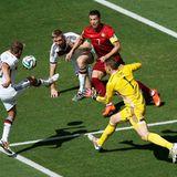 Philipp Lahm, Per Mertesacker und Torwart Manuel Neuer halten Cristiano Ronaldo auf Trab.