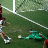 Gegen Thomas Müller hat der portugiesische Torwart keine Chance.