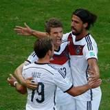 Mario Götze und Sami Khedira freuen sich mit Thomas Müller.