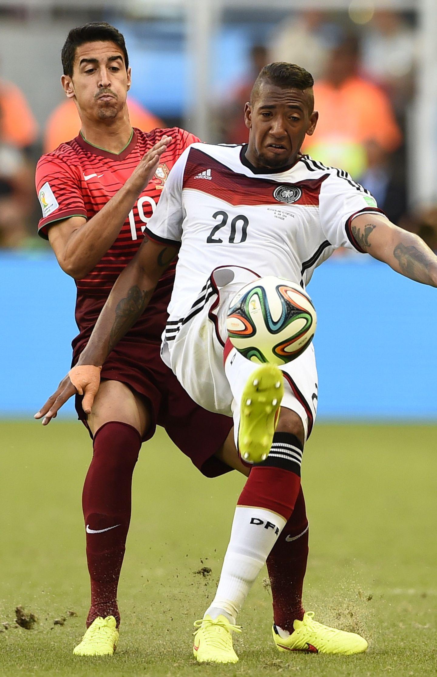 Jérôme Boateng behauptet den Ball gegen André Almeida.