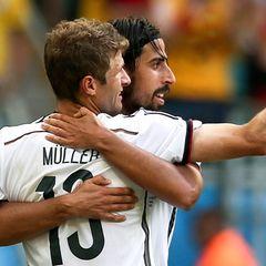 Sami Khedira bejubelt mit dem Schützen eines von Thomas Müllers Toren.