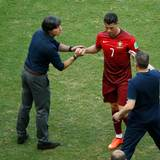 Nach der Niederlage für Portugal gibt Cristiano Ronaldo dem Bundestrainer Joachim Löw eher widerwillig die Hand.
