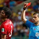 Dafür zeigt ihm der serbische Schiedrichter Milorad Mazic die rote Karte.