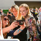 """Keith Urban und Nicole Kidman geben sich bei den """"Country Music Awards"""" ganz fannah und lassen Selfies schießen."""