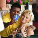 Bitte Lächeln: In Italien wird Pamela Anderson um ein Foto gebeten.