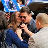 Disem Mädchen gelingt es Weltstar Tom Cruise einen Kuss auf die Wange zu geben. Der Bodyguard des Schauspielers bleibt aber sicherheitshalber dicht dabei.