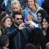 """Alle Frauen lieben Bradley Cooper! Bei der Premiere von """"Guardians of the Galaxy"""" in Hollywood posiert der Frauenschwarm mit diversen weiblichen Fans für ein Selfie."""
