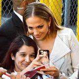 28. April 2014: Jennifer Lopez nimmt sich Zeit für ihre Fans und posiert für ein Selfie.