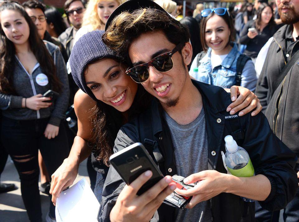 Rosario Dawson besucht das East Los Angeles College. Die Studenten freut's.