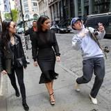 7. Mai 2014: Im Gehen macht ein männlicher Fan ein Selfie von sich und Reality-TV-Star Kim Kardashian - mit perfekt einstudierter Pose.