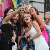 16. Juni 2014: Sucht die Heidi: Topmodel Heidi Klum wird in New York City von einer Horde Mädels umzingelt.