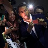 """Beim """"Toronto International Film Festival"""" streckt Ryan Renolds für ein Selfie mit Fans die Zunge raus."""