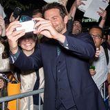 Da freuen sich seine Fans: Bradley Cooper schnappt sich ein Smartphone und schießt fröhlich Selfies.