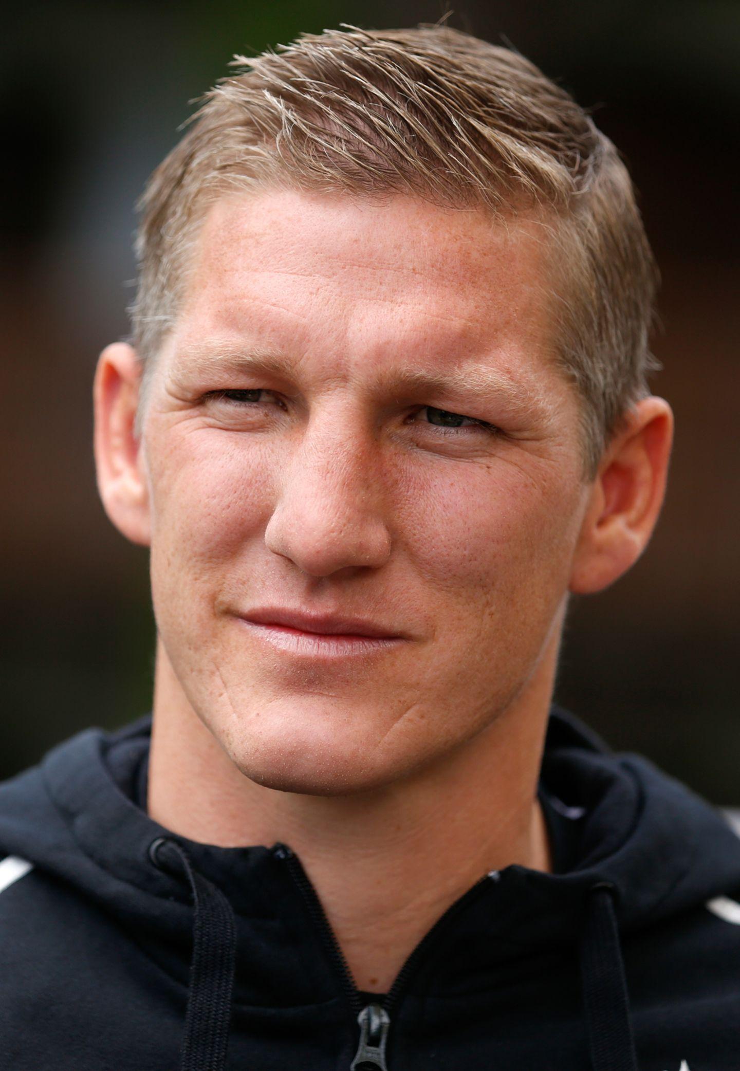 Seit inzwischen zehn Jahren spielt Mittelfeldakteur Bastian Schweinsteiger für die deutsche A-Nationalmannschaft. Über die Zeit trug er so einige ausgefallene Frisuren spazieren, doch dieser kurze, wenig gestylte Schnitt gefällt uns eindeutig besser.