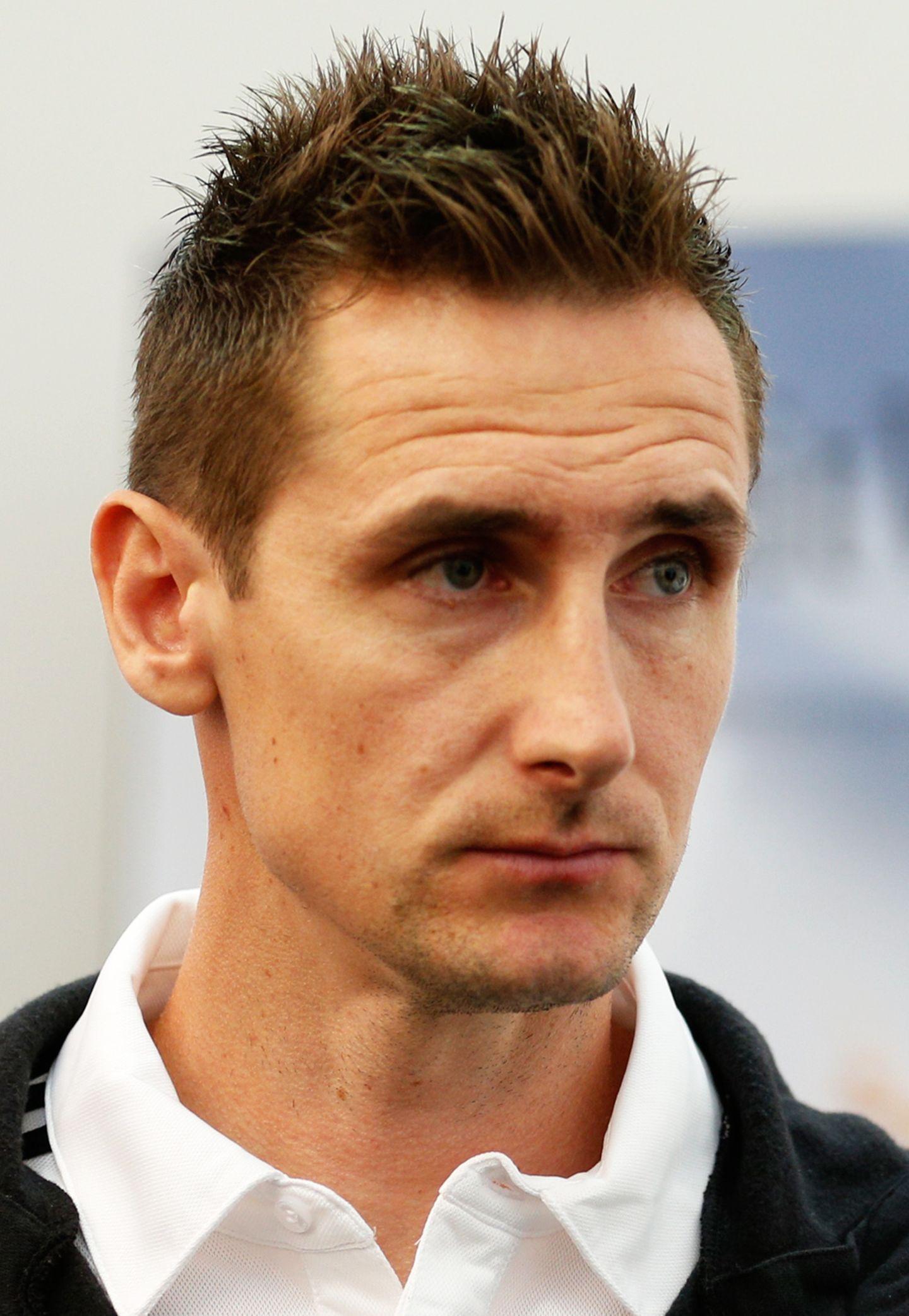 Deutschlands einziger echter Stürmer Miroslav Klose ist für seinen Freundensalto nach einem gelungenen Tor bekannt. Seien wir ehrlich: Aufgrund seiner Frisur sticht der Fußballer mit polnischen Wurzeln auch nicht unbedingt heraus.
