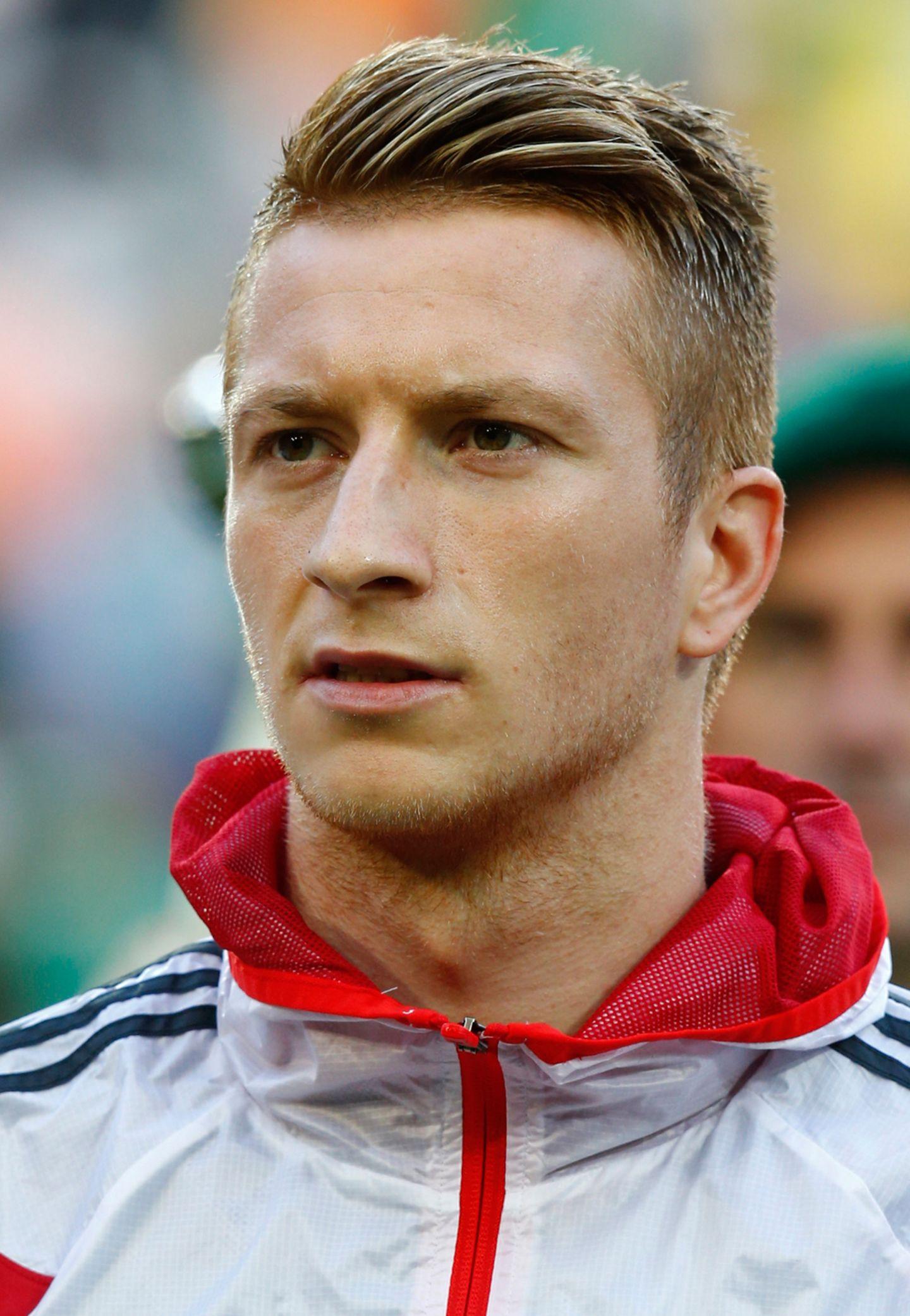 Marco Reus von Borussia Dortmund ist nicht nur eines der größten Talente im deutschen Fußball, er gilt mit seiner markanten Frisur auch als Trendsetter. Rasierte Seitenpartien und streng auf eine Seite gegelte Haare am Oberkopf sind sein Markenzeichen.