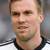 Kevin Großkreutz vom BVB ist ein echter Dortmunder Jung. Selbst nie um einen Spruch verlegen, sollte sich der Abwehrspieler mit Mitte 20 jedoch schon an einige humorvolle Sprüche zu seiner Frisur gewöhnen. Die ersten Geheimratsecken sind bei dem Kurzhaarschnitt schon jetzt unübersehbar.
