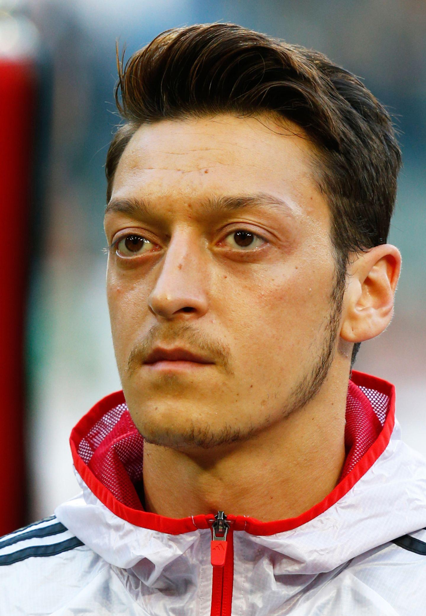 Mesut Özil von Arsenal London hat in der Regel nur wenig mit Rock'n'Roll zu tun. Seine beneidenswert voluminösen Haare legt er dennoch gerne in eine Art Tolle, während die Seitenpartien deutlich kürzer gehalten sind.