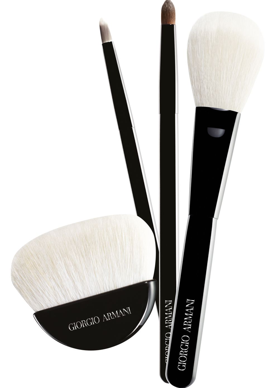 """Zum 15. Geburtstag seiner Beautylinie schenkt Giorgio Armani den Tools einen Relaunch. Spezialisten der japanischen Kalligrafie-Kunst passten die elf neuen Pinsel haargenau an die jeweiligen Texturen an. Alle Griffe sind aus edlem schwarzem Echtholz gearbeitet. """"Maestro Brushes"""", ab ca. 34 Euro"""
