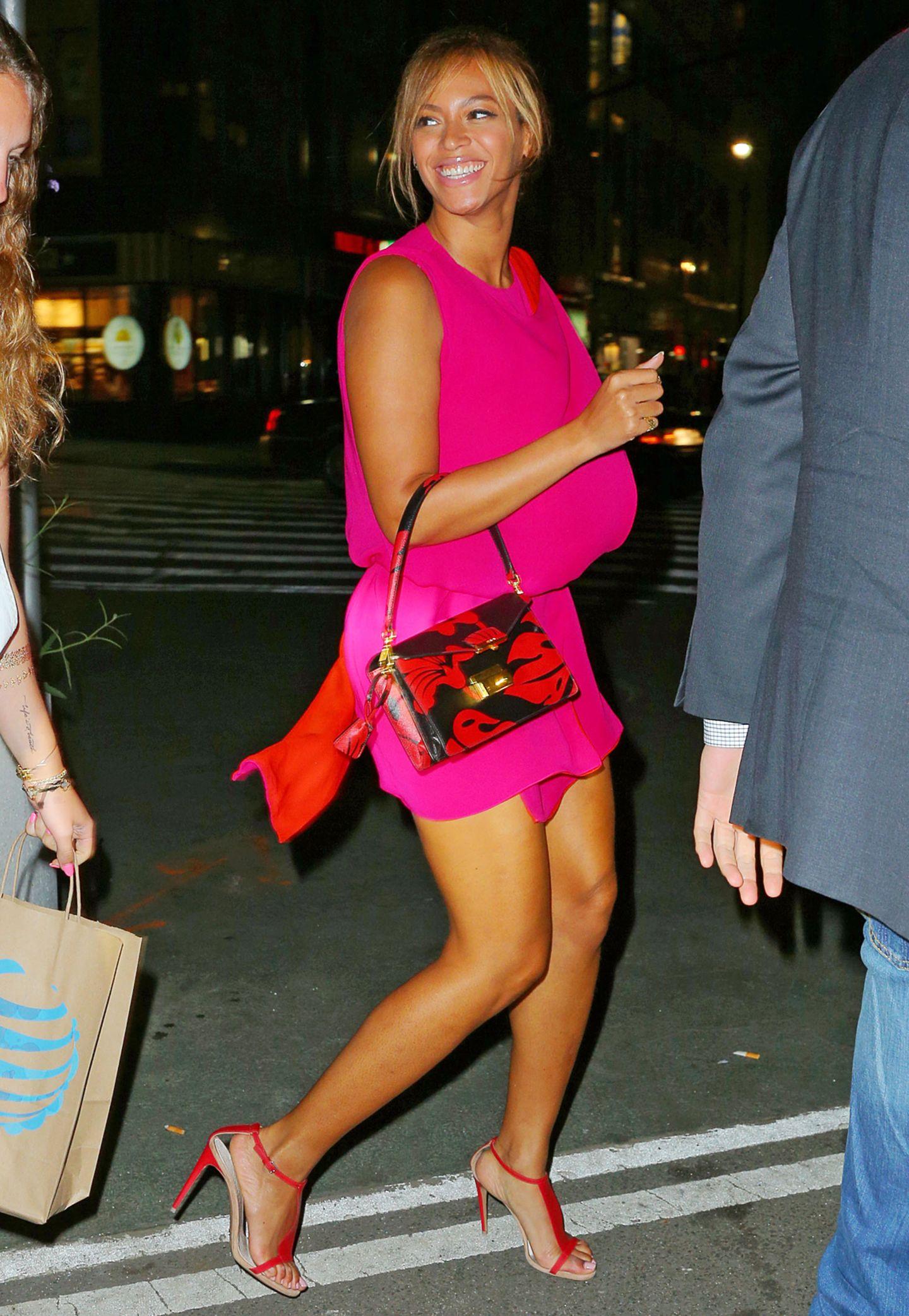 Pop-Diva Beyoncé Knowles hat gut lachen: Ihre Beine sind wohlgeformt und dank regelmäßigen Trainings straff und definiert.  Tipp 4:  Gerade im Job stehen wir ständig auf und setzen uns wieder hin. Machen Sie dies bewusst. Lassen Sie die Fersen am Boden, schieben Sie die Knie weit auseinander und ziehen Sie den Bauchnabel nach innen. Holen Sie keinen Schwung sondern nutzen Sie Ihre Beine zum Aufstehen.