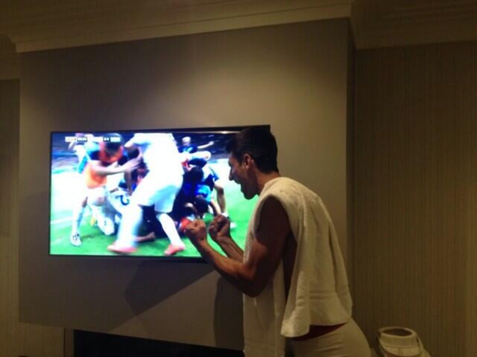 Auch Novak Djokovic freut sich mit der griechischen Mannschaft über den Sieg.