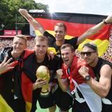 Merte, Klose und Lahm: Die frisch gebackenen Weltmeister genießen die Party in Berlin.