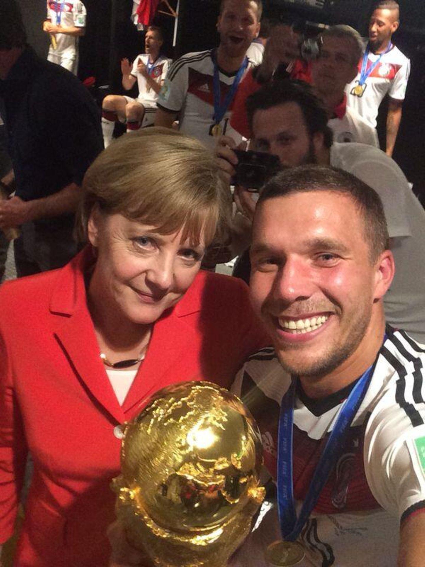 """""""Selfie 2"""" nennt Podolski den Schnappschus mit Angela Merkel."""