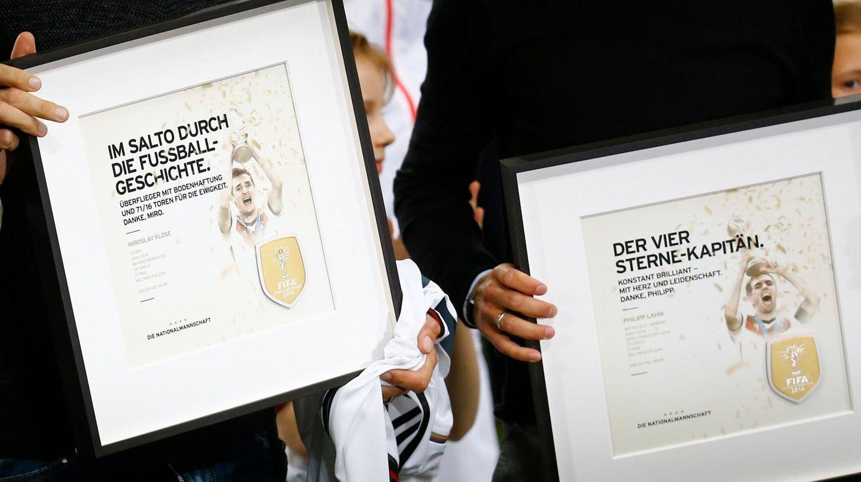 """Die personalisierten Urkunden für Miroslav Klose (""""Im Salto durch die Fußballgeschichte"""") und """"Philipp Lahm (""""Der Vier-Sterne-Kapitän"""")"""
