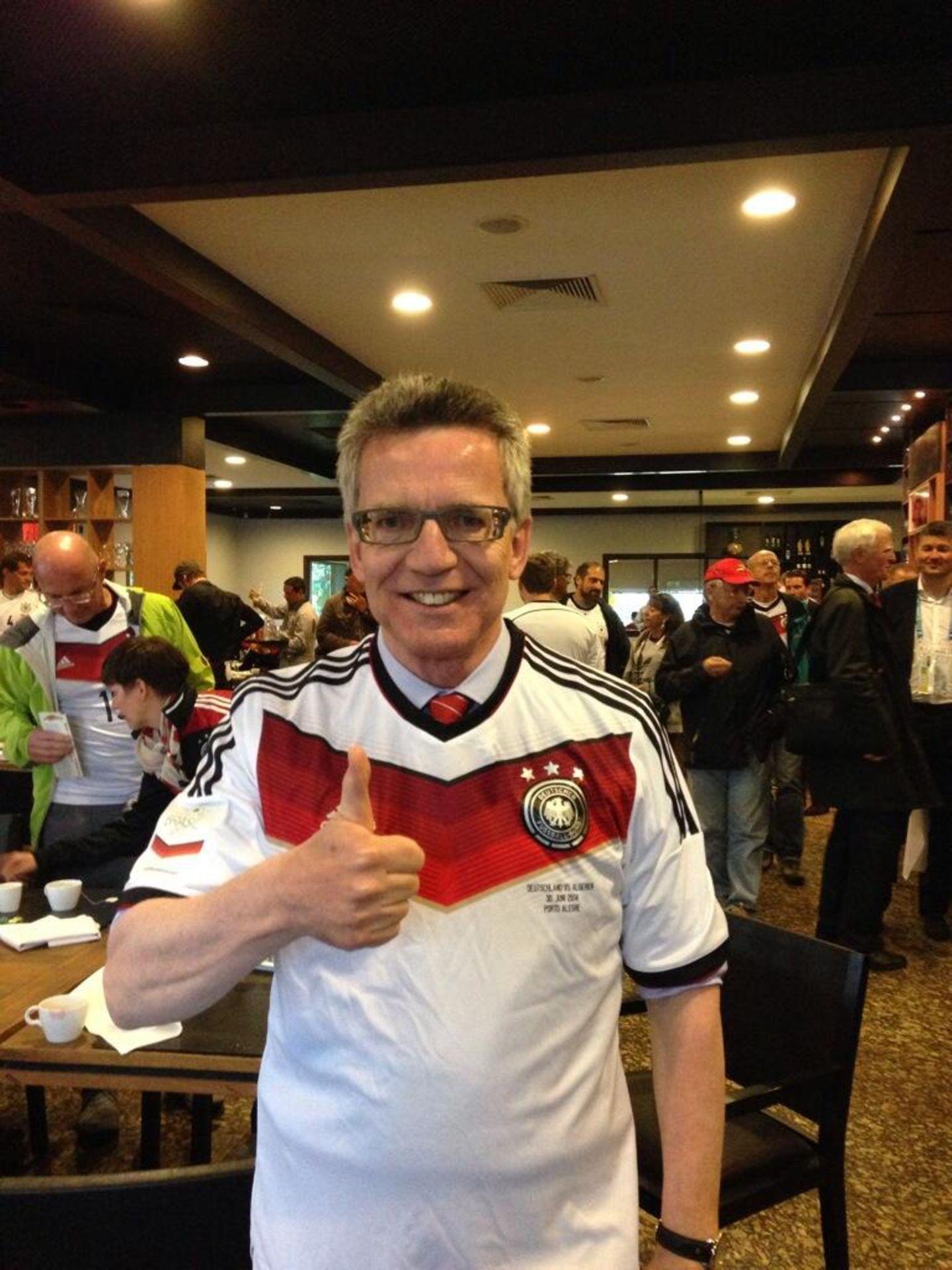Thomas de Maizière drückt direkt in Porto Alegre dem deutschen Team die Daumen.