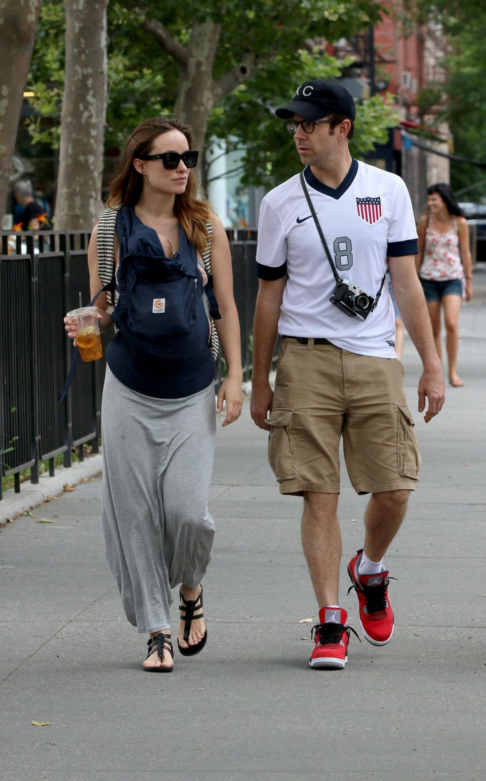 Jason Sudeikis trägt beim gemeinsamen Spaziergang mit Olivia Wilde und Baby ein Trikot der U.S. Mannschaft.