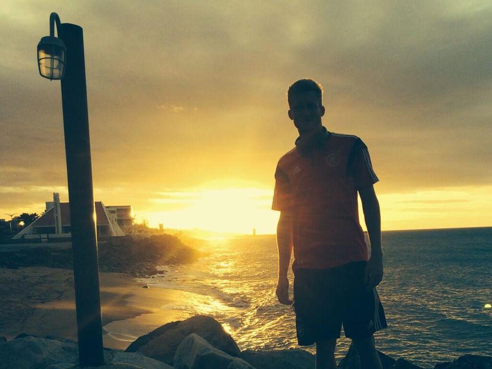 Am Abend vor dem Spiel gegen Ghana, macht André Schürrle noch einen Spaziergang am Strand.