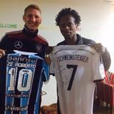 Sein ehemaliger Bayern-Kollege Zé Roberto überreicht Bastian Schweinsteiger ein Trikot seines Vereins.