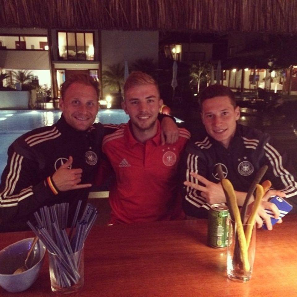 Benedikt Höwedes, Christoph Kramer und Julian Draxler lassen den Abend im Campo Bahia ausklingen.